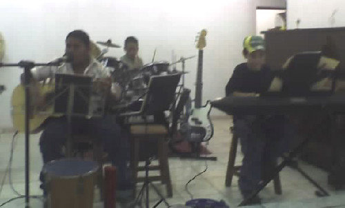Violão e Voz: Flávio; Teclado: Bruno; Bateria: Asafe.