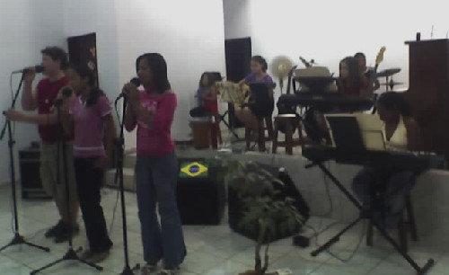 Voz: Giovanni; Jheniffer; Clécia; Teclados: Juliana e Adna; Violão: Aline Viviane; Bateria: Gabriel Santos; Percussão: Giovana.