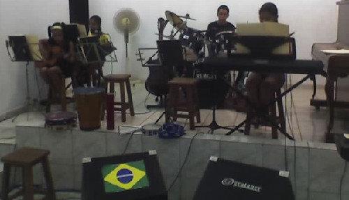 Teclado e Canto: Lilian e Araissa; Violão: Liliane; Bateria: Tiago.