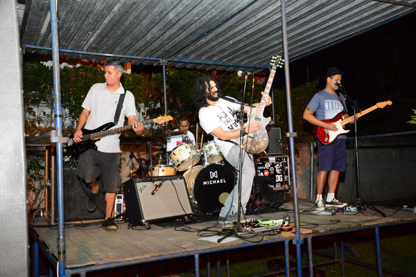 Banda Rockchaça, que tocou vários covers de canções do rock internacional.