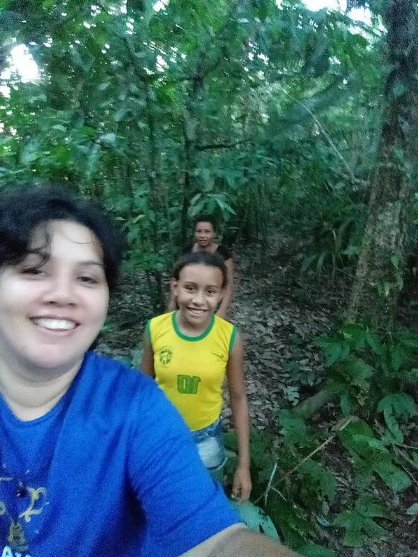 Voltando do futebol de mulheres em Mutuacá de Cima. Sabem onde estou? Atravessando a mata, em plena Amazônia, pra chegar à margem e pegar o rabudo (barco motorizado)