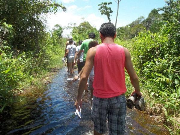 Ação de cadastramento das crianças participantes e famílias da comunidade do Poção, ilha de Cotijuba-PA. Duas horas de caminhada pela estrada para chegar ao local e mais o trajeto pelos alagados entre as casas.