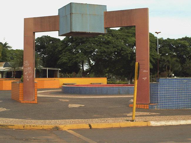 Entrada da praça da Amizade na esquina da Av. Brasil com a Avenida Paulista.