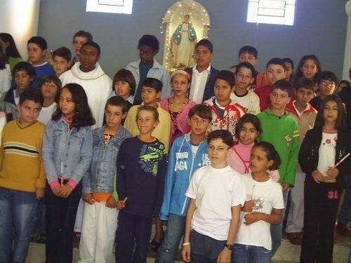 Foto com todos seus colegas que fizeram a primeira eucaristia junto com o padre