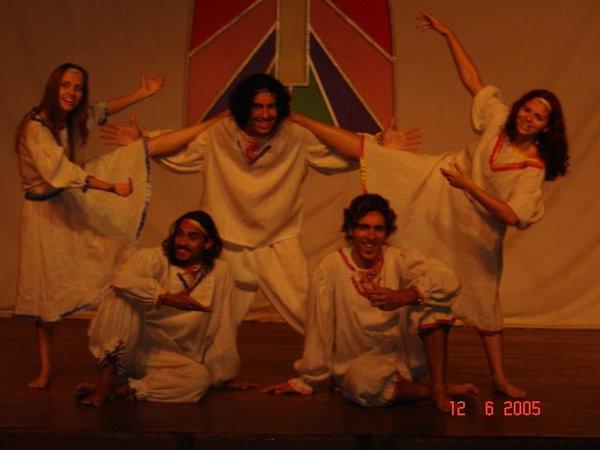 Cinco atores de coragem, tocando um espetáculo com mais de vinte personagens.