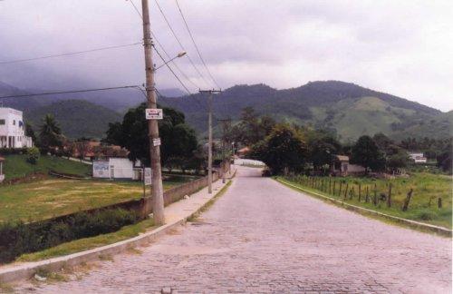 Uma visão da Serra do Barbosão, ao fundo - um dos últimos redutos da Mata Atlântica no Estado do Rio.