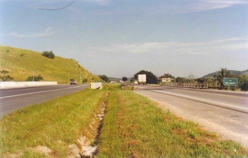Tanguá é cortada pela BR-101. A ponte na foto é próxima ao limite com Itaboraí.