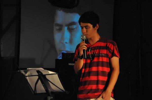 Poeta jovem de Itaboraí, um cara ligado nas redes sociais, mostrou sua poesia confessional e emotiva