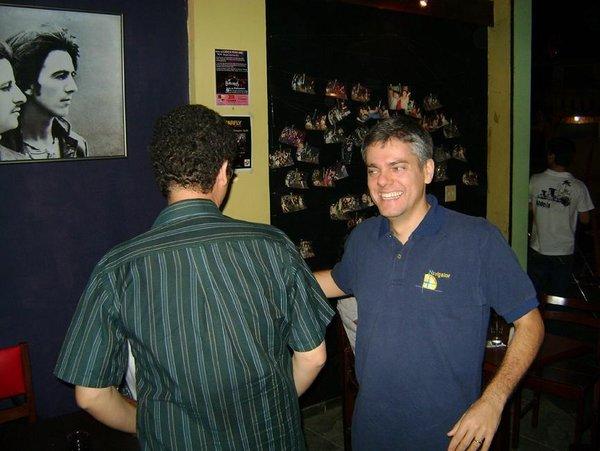 William Mendonça recebe o amigo João Paulo, que mora do exterior há vários anos, pouco antes do show do Mustang 65.